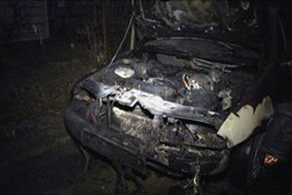 Zhorené auto. Hlodavce poškodili elektroinštaláciu. Potom nastal skrat a došlo k požiaru.