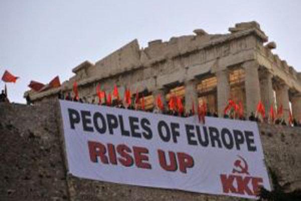 Desiatky členov gréckych komunistických odborov PAME sa zhromaždili pri Akropole v Aténach, aby protestovali proti tvrdému vládnemu programu sporenia.