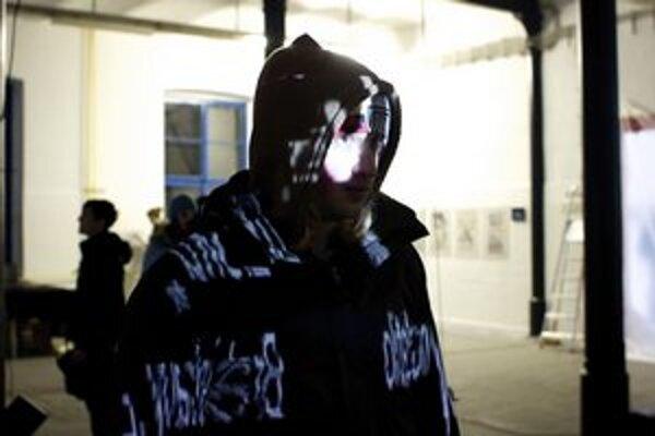 Interaktívna inštalácia. Jej autorom je Matej Ivan. Po pozretí do zrkadla sa text zobrazí na tele človeka.