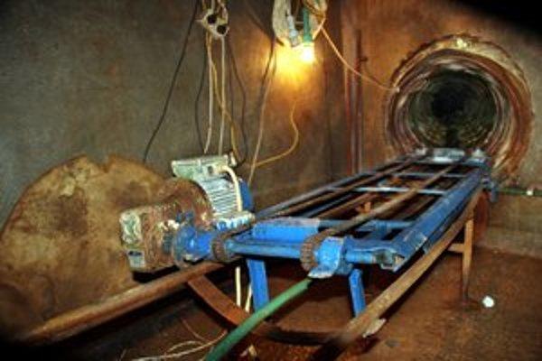 Cigarety pašovali podzemným tunelom.