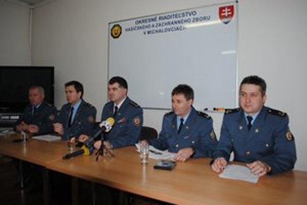Na tlačovke michalovských hasičov bol aj prezident HaZZ SR Alexander Nejedlý (v strede).
