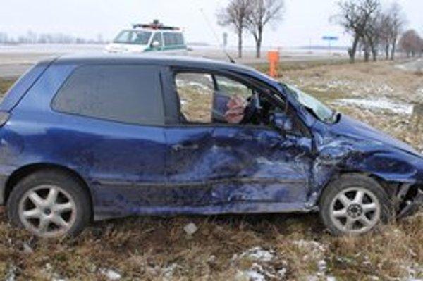 Mladá vodička nerešpektovala značku Stoj, daj prednosť v jazde. Vodič dodávky už zrážke nedokázal zabrániť.
