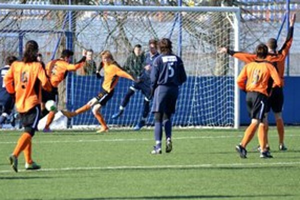 Michal Hamuľak strieľa jeden zo svojich gólov. Michalovský útočník (s číslom 21) rozvlnil sieť hneď päťkrát.