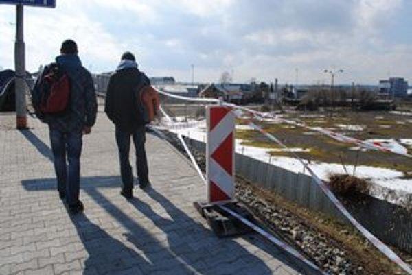Nadjazd. Denne prejdú po moste desiatky študentov. Časť zábradlia chýba už tri mesiace.