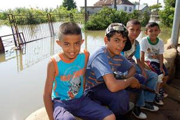 Poslední mohykáni. Šugárovci a Demeterovci sú poslední, ktorí na zatopenej ulici Markoviec zostali v dome. Ich deti do školy tiež nechodia.