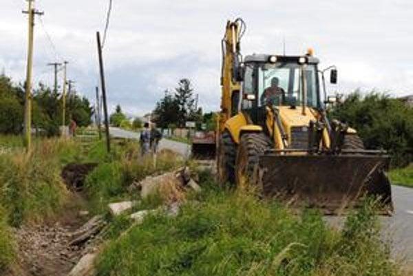 Výstavba kanalizácie. Po dokončení prinesie lepšiu kvalitu povrchových vôd v štyroch obciach Zemplína.