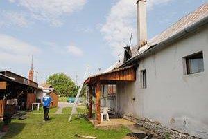 Dom, ktorý horel. Páchatelia sa dostali na strechu. Horľavinou poliali podkrovie a zapálili ho.