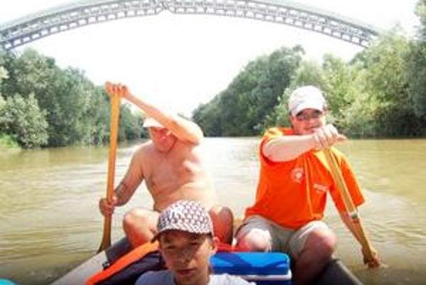 Po stopách vierozvestov. Vodáci zemplínske rieky nesplavujú len z pasie, ale je v tom aj symbolika. Plavia sa po stopách vierozvestov...