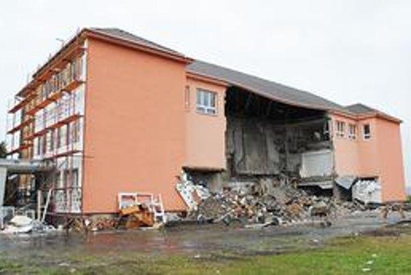 Deň po tragédii. Obec areál školy uzavrela.