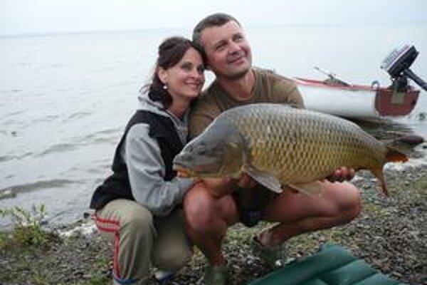 Rybár. Vladimír Kostrej s 10,20-kilogramovým kaprom a manželkou.