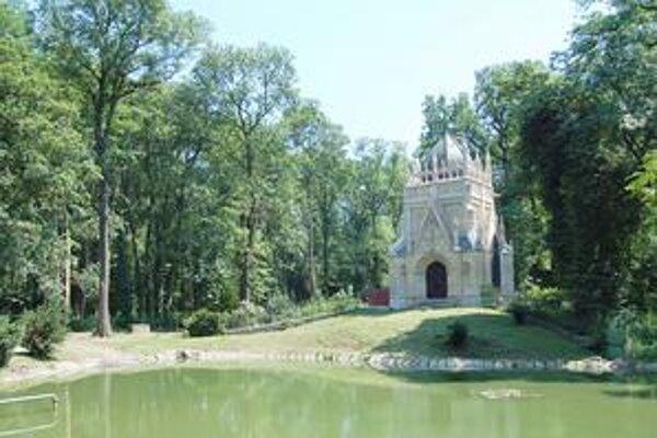 Pokloní sa predkom. Pravnučka Júliusa Andrássyho sa pokloní aj svojim predkom, ktorí ležia v mauzóleu uprostred parku.