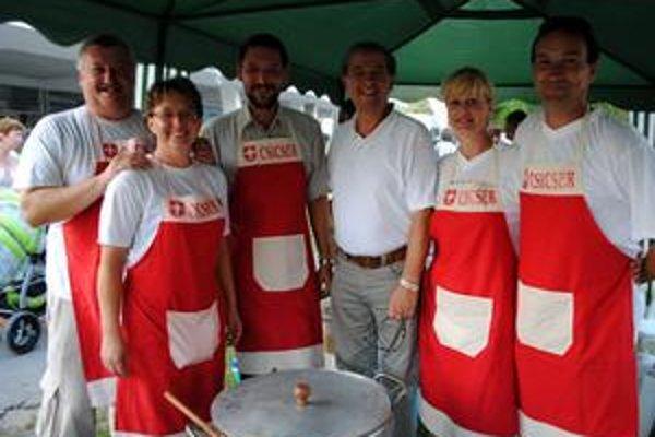 Víťazi. Široko ladený kuchársky tím, vrátane duchovného (tretí zľava), priniesol Čičarovciam šťastie.