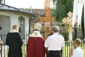 Byzantský kríž. Po jeho bokoch je zachytená história obce Bunkovce.
