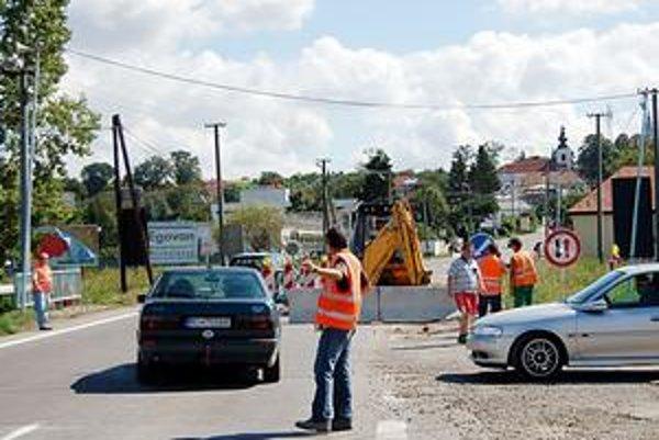 Opravia most. Jediným tohtoročným dopravným obmedzením zostane zúžená cesta na moste pri vjazde do Trhovišťa. Dopravu riadia cestári.