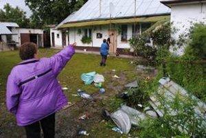 """Miesto nehody. """"Hotová spúšť,"""" ukazuje Elena Medveďová. Mikrobus jej zničil oplotenie a narazil do domu."""