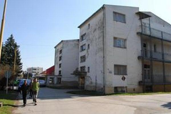 Michalovská nemocnica. Na infekčnom oddelení leží 20 nakazených ľudí.