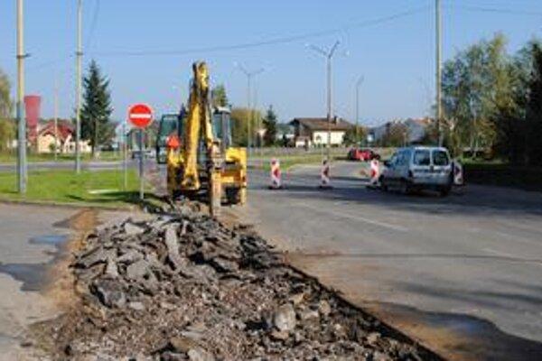 Križovatka. Včera tu začali prvé výkopové práce. Časť Partizánskej ulice je uzavretá.