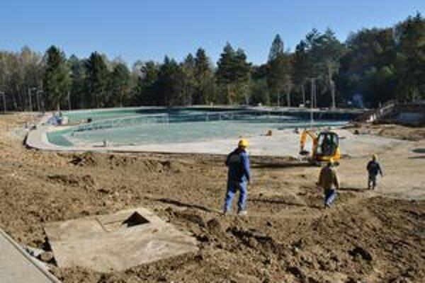 Sninské rybníky. Budúcu letnú sezónu sa budú môcť návštevníci tejto rekreačnej oblasti kúpať v týchto bio bazénoch.