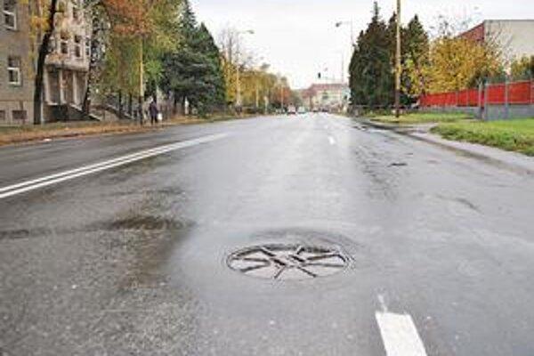 Problém. Na takomto poklope na Družstevnej to s vami nielen nadhodí, ale aj poriadne buchne. Šoféri sa snažia podobné nástrahy na ceste obísť.