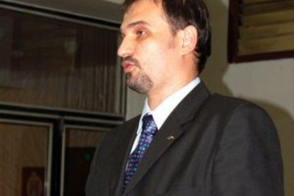 Nevie sa rozhodnúť? Nový prednosta Karol Pataky je stále aj hlavným kontrolórom mesta a berie dva platy...