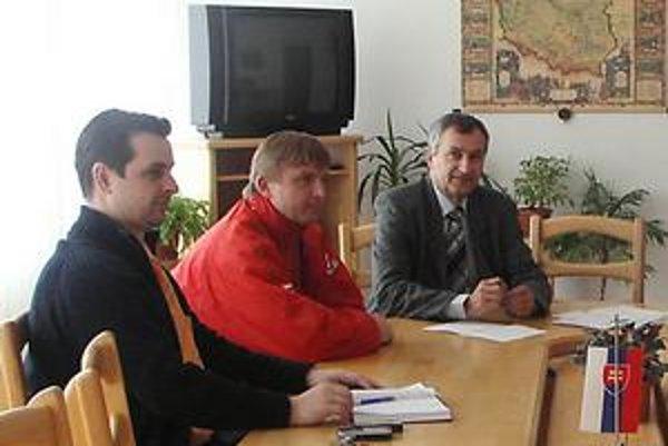 Staré časy. Medzilaborský primátor Ladislav Demko (prvý vpravo) do koncaroka dovolenkuje. Za primátora nekandiduje, Vladislav Višňovský (vľavo) je bývalým prednostom mestského úradu. V lete dal výpoveď.