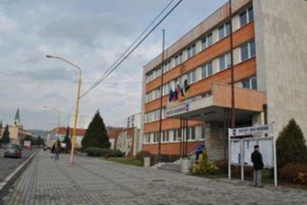 Mestský úrad v Humennom. O funkciu primátora sa uchádzajú dve ženy a trojica mužov.