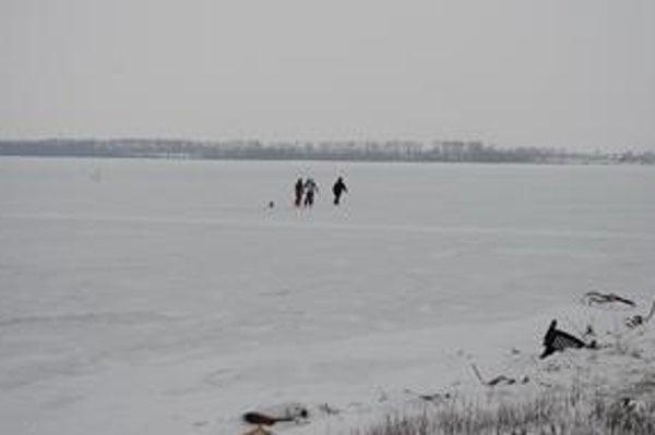 Zemplínska šírava. Najväčšia vodná plocha zamrzla len pred piatimi dňami. Prichádzajú tu prví korčuliari.