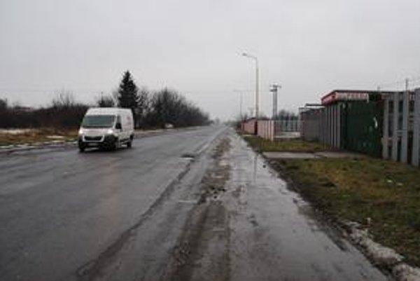 Továrenská ulica. Mesto chce, aby privádzač na diaľnicu viedol po tejto ulici.