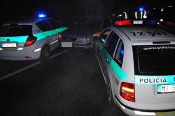 Unikajúceho vodiča zastavila zátarasa policajných áut