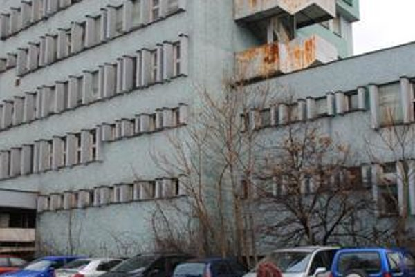 Budova. V centre Michaloviec už chátra desať rokov. Štát tvrdí, že sa mu ju nedarí predať.