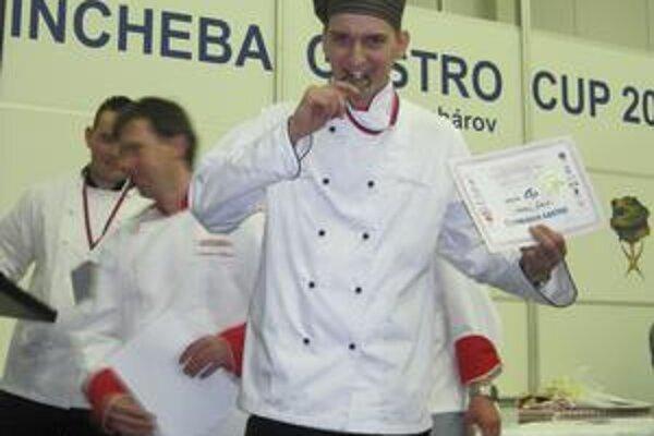 Strieborná medaila. Kuchár Martin Čop ju v silnej konkurencii získal za prípravu jedál a dezertov z vopred stanovených surovín.