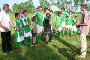 Michal Viňanský bol v obci známy zanietením pre futbal. Na snímke (naľavo) je pri odovzdávaní ocenenia obecnému žiackemu družstvu.