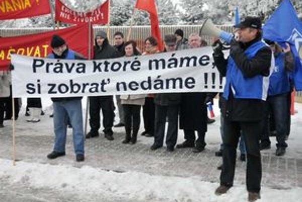 Predseda OZ KOVO Emil Machyna (vpravo) počas protestného zhromaždenia proti zmenám v Zákonníku práce  v Michalovciach.