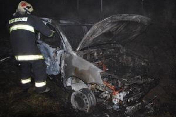 Michalovčan narazil do troch áut. Jeho kia zhorela do tla.