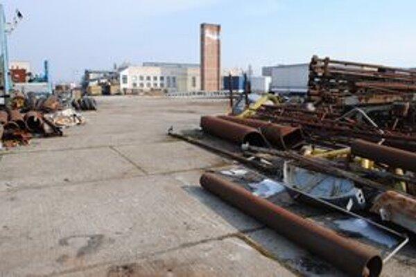 Areál firmy. Zlodeji naložili dodávku ťažkým železom za päť minút.