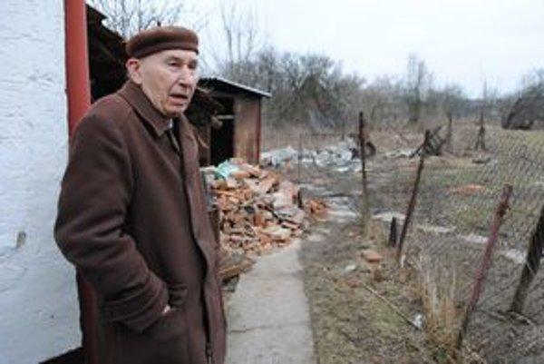 Zúfalý dôchodca Michal Vojník čelí nájazdom zlodejov z osady pravidelne. Rozhodol sa odsťahovať.
