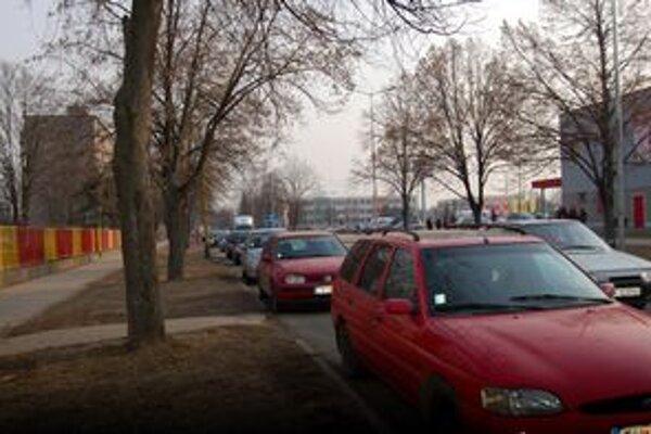 Každodenný obrázok. Takto to ráno a popoludní vyzerá na Komenského ulici každý deň. Naľavo škôlka, pred ňou rad áut rodičov. Napravo supermarket...