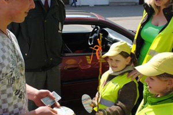 Vodiči. Deti im počas kontroly rozdávali vajíčka a korbáčiky.