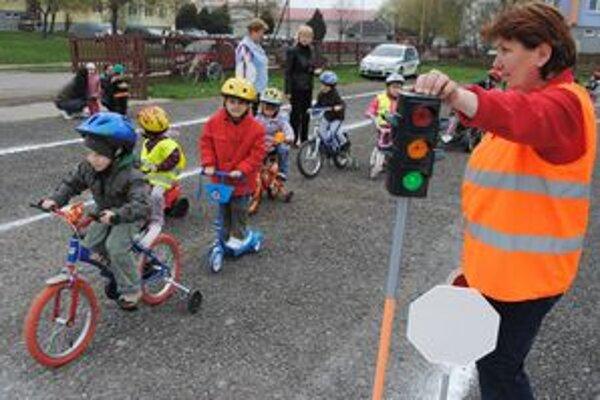 Dopravná akcia. Škôlka premenila obyčajné ihrisko na dopravnú plochu so značkami a semaformi.
