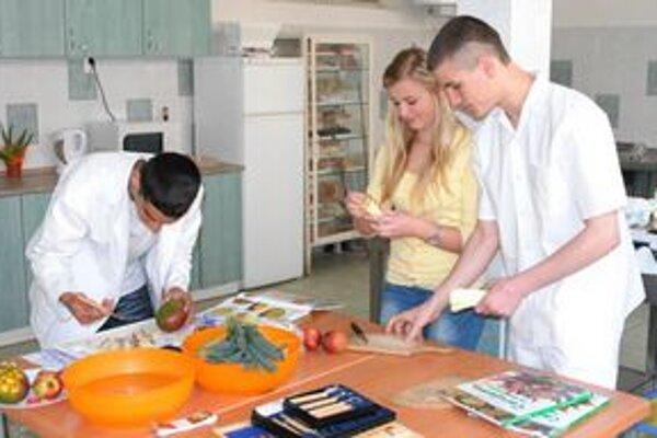 Vitamínový deň. Študenti pripravili chutné jedlá z ovocia a zeleniny.
