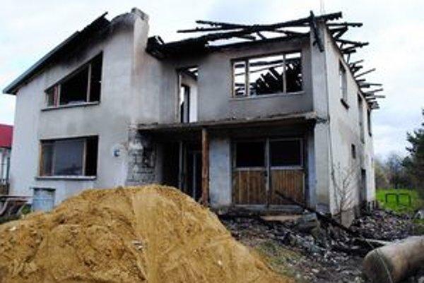 Zhorený dom. Rómska rodina sa doň nestihla nasťahovať. Obec rasistický motív vylučuje.