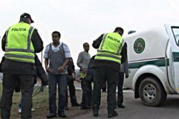 Afričania. Hraniční policajti najčastejšie stretávajú mladých mužov bez dokladov, ktorí tvrdia, že sú neplnoletí.