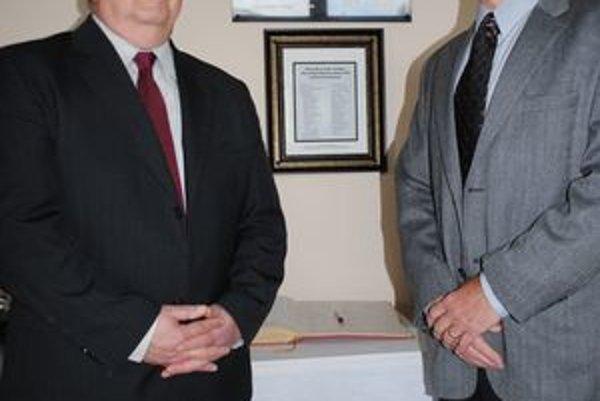 Pamätná tabuľa. Odhalil ju syn Július (vpravo) a riaditeľ nemocnice Ľubomír Rohoň.