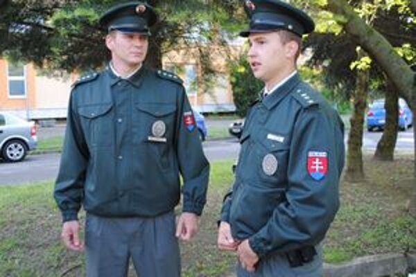 Zúfalého dôchodcu zachránili policajti Miroslav Podhora (vľavo) a  Jaroslav Dzurjo.