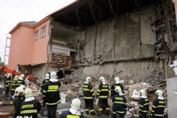 Zrútená budova školy v Nacinej Vsi.