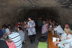 Tokajská pivnica. Ľudia ochutnávali vína v príjemnom prostredí.