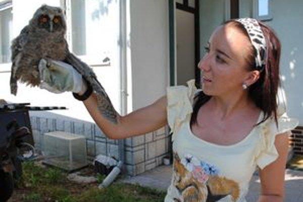 """""""Mláďa sovy na zemi nie je opustené. Neberte ho domov,"""" upozorňuje Zuzana Argalášová."""