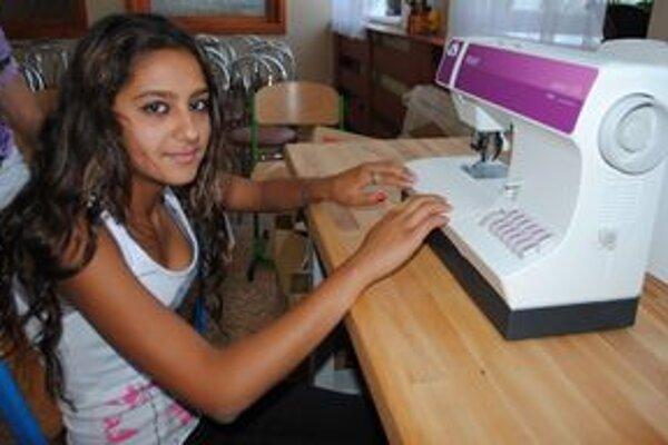 """Žiaci. """"Strašne ma to baví a veľmi by som chcela byť krajčírkou,""""  povedala 13-ročná Melánia Mikerová."""