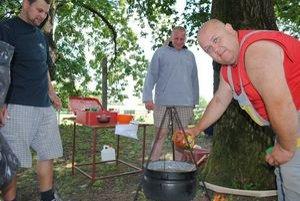 Peter Beganič (vpravo) má na svojom konte viacero súťaží vo varení kotlíkového guľášu.