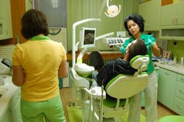 Realita. Zubárka Zina Todáková dbá na kvalitu, ktorá sa podľa nej musí odraziť na cene. Rovnako ako pre jej kolegov sú pre ňu mesačné limity od poisťovne nepostačujúce. Čo nepreplatí poisťovňa, zaplatí pacient.